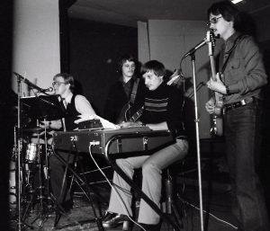 Valkotornado Kari Ikola (g), Martti Rytkönen (kb), Veli-Matti Ikola (b), Ari Silvennoinen (dr) Kuva Lomu-tapahtumasta Harjulassa 1979 ©Kari Saaristo